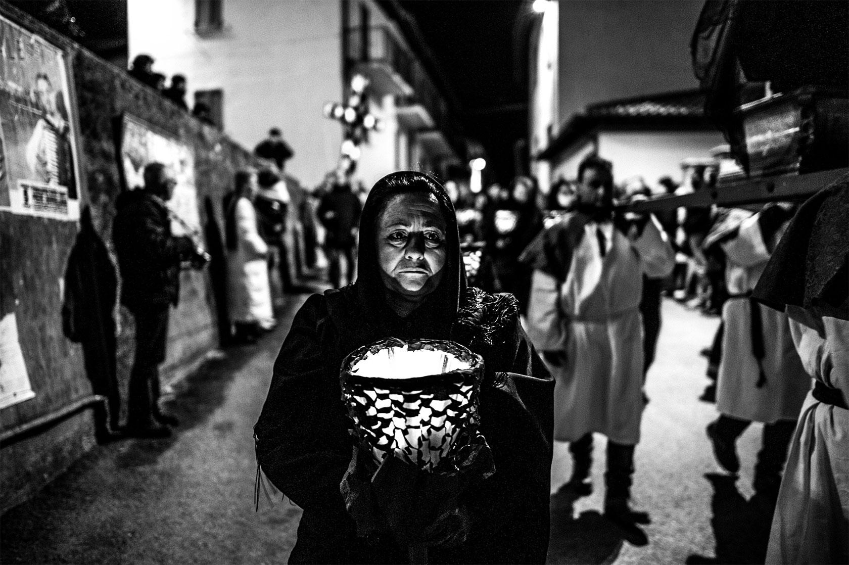 Via crucis di colfiorito, persone in preghiera che aspettano in silenzio la processione in Umbria